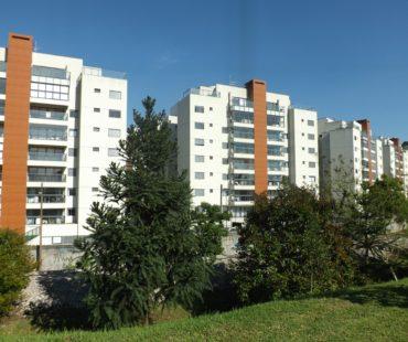 Condomínio Residencial. Revestimento central das torres em ACM wood. -