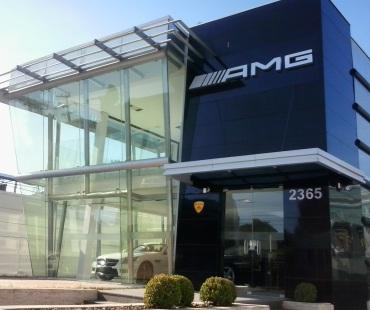 Loja AMG: revestimento em ACM preto e silver mettalic. Brises em alumínio. -