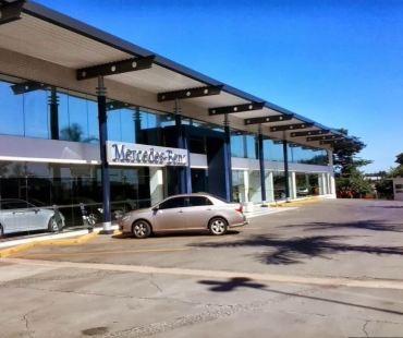 Concessionária Mercedes-Benz Londrina - Pr. Cobertura metálica com vigas e  e colunas revestimentos em ACM.  -
