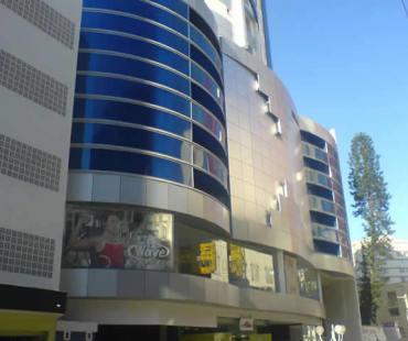 Edifício na Av. Central de Balneário Camboriú: revestimento da fachada em ACM prata e POLICARBONATO alveolar azul. -