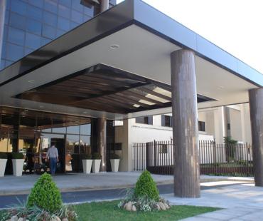 Hospital Constantini: revestimento da marquise em alumínio sólido bronze com forro em ACM branco. -
