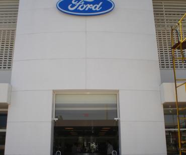 Concessionária Ford: revestimento do portico de entrada em ACM branco. -