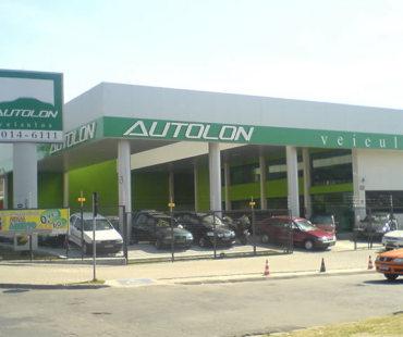 Loja Autolon:  revestimento da fachada em alumínio sólido prata e verde, e colunas revestidas em alumínio sólido prata. -