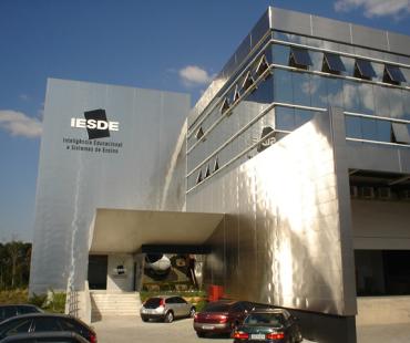 IESDE: revestimento das fachadas em aço inox escovado e revestimento da marquise em ACM branco (900 m²) -