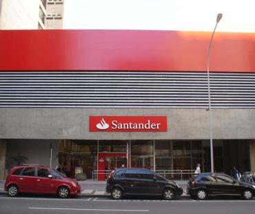 Santander Mal. Deodoro: revestimento da fachada em ACM vermelho e brises em alumínio sólido cinza. -