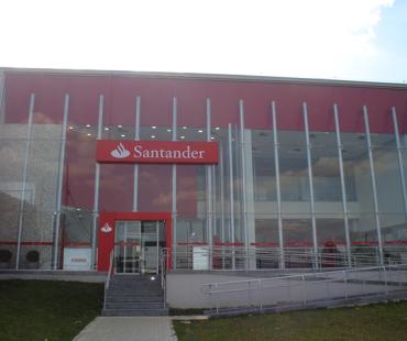 Santander CIC: revestimento interno em ACM vermelho. -
