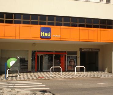 Itaú Juvevê: revestimento da fachada e portico em ACM laranja. -