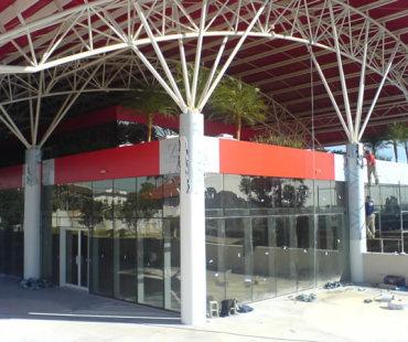 Frischmann Aisengart - São José dos Pinhais: revestimento das fachadas em ACM vermelho e colunas revestidas em ACM branco. -