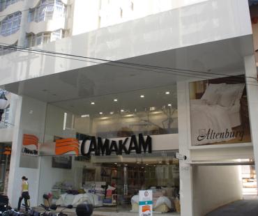 Camakam. Revestimento da fachada em ACM branco e escovado. -