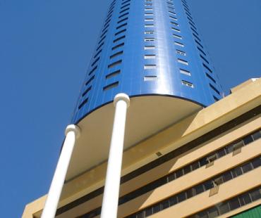 Hotel Brasil 500 anos: revestimento em alumínio sólido (wallcap) azul e revestimento das colunas em alumínio sólido branco (5400 m²) -