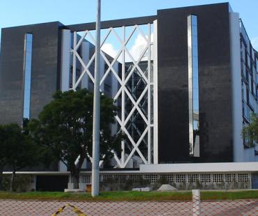 Secretarias: revestimento em ACM prata nas colunas internas e externas (4900 m²) -