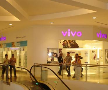 VIVO Palladium: revestimento da fachada em ACM branco com logotipo luminoso -