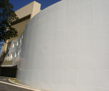 CELEPAR: revestimento das fachadas internas e externas em alumínio sólido branco. -
