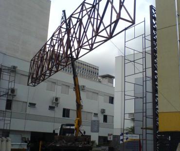 Confecção e instalação de estrutura metálica ligando dois edifícios. -