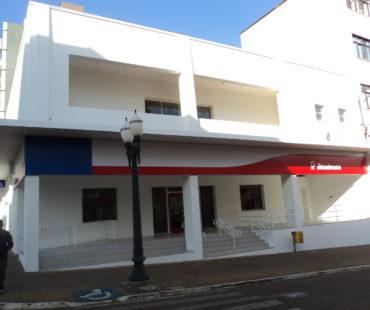 Agência Palmas-Pr: revestimento da fachada em ACM cores padrão Bradesco. -