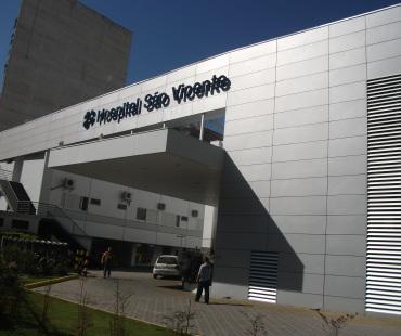 Hospital São Vicente: revestimento em ACM silver mettalic e branco nas fachadas e marquise, instalação de brises de alumínio. -