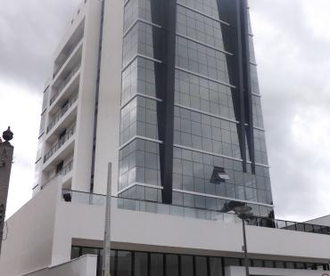 Edifício H.A. Offices Batel. Revestimento em ACM preto e detalhes na pele de vidro em ACM branco. -