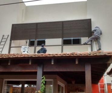Residência. Instalação de painéis Aluacero vetilado. -