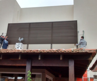 Residência. Instalação de painéis Aluacero ventilado. -