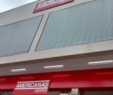 Americanas Araucária: revestimento em ACM vermelho e brises em alumínio branco. -