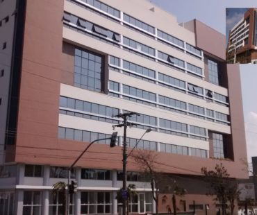 Edifício Weekend. Revestimento em ACM silver mettalic na fachada e térreo das torres.  -