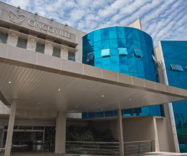 Hospital Oncoville: revestimento da fachada, brises e guarita em alumínio sólido champagne. -