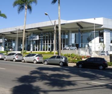 Divesa automóveis: revestimento da fachada e colunas e ACM prata. Colunas decorativas e cobertura metálica. -