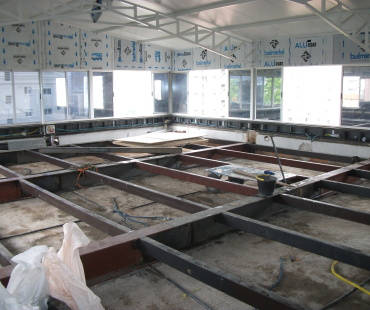 Estrutura metálica de piso e cobertura.  -